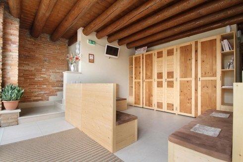 una sala con dei divani in legno