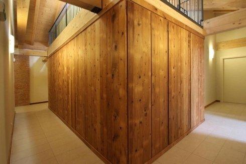 dei muri rivestiti in legno