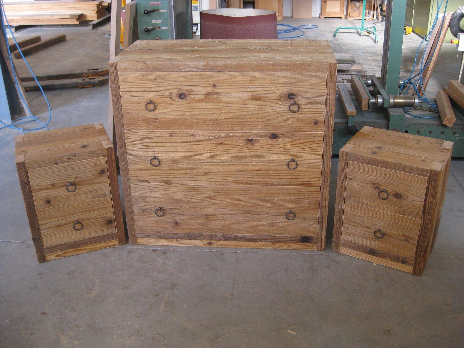 Le mani di Carpenter in primo piano utilizzando il livello dell'utensile