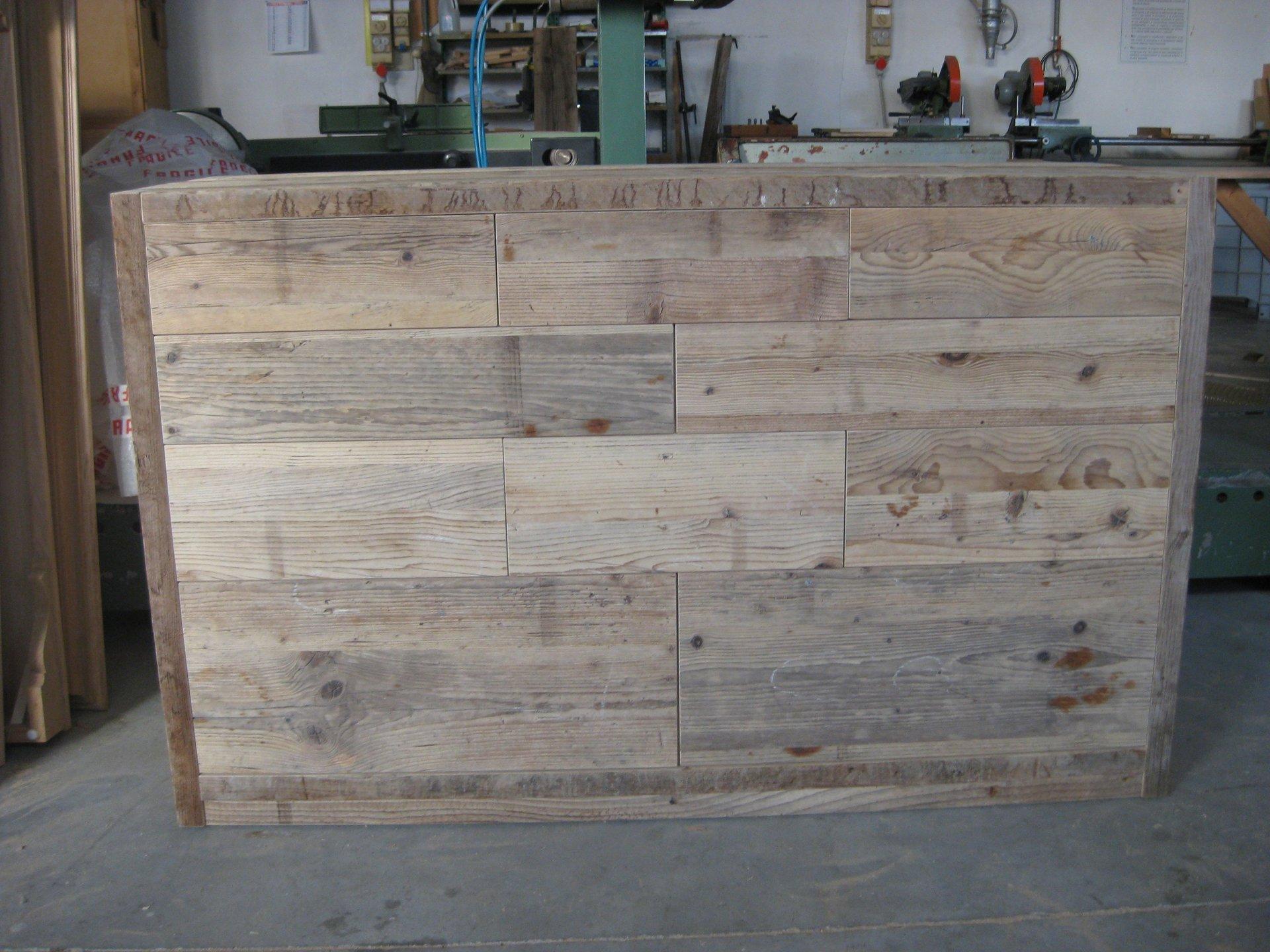Cucina domestica moderna con un disegno di stile in legno di quercia chiaro e pavimento piastrellato