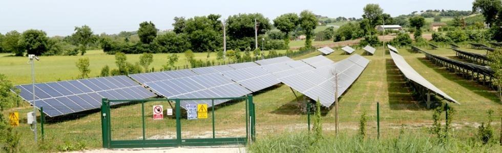 campo con pannelli fotovoltaici