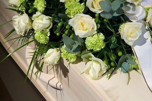 Bara coperto di rose bianche e garofani gialli