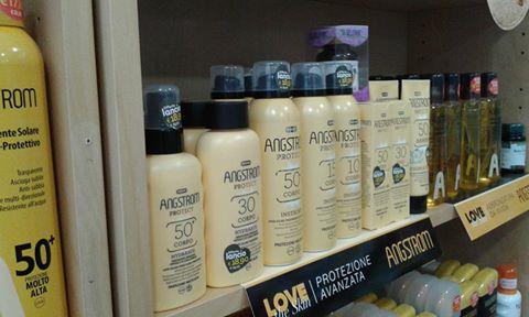vista laterale scaffale con prodotti a marchio ANGSTROM