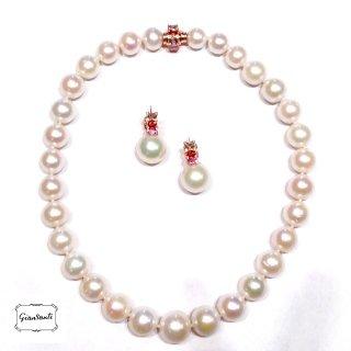 Filo di perle australiane con orecchini in oro rosa e zaffiri multicolours