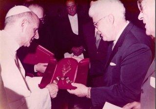 Il Commendatore Egidio Giansanti consegna a Paolo VI il ramoscello d'ulivo tuttora custodito nella Chiesa della Natività di Nazareth