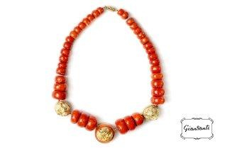 Collana di corallo, con teste di leone in oro giallo a cera persa, brillanti e smalti