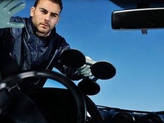 Man changing a windscreen
