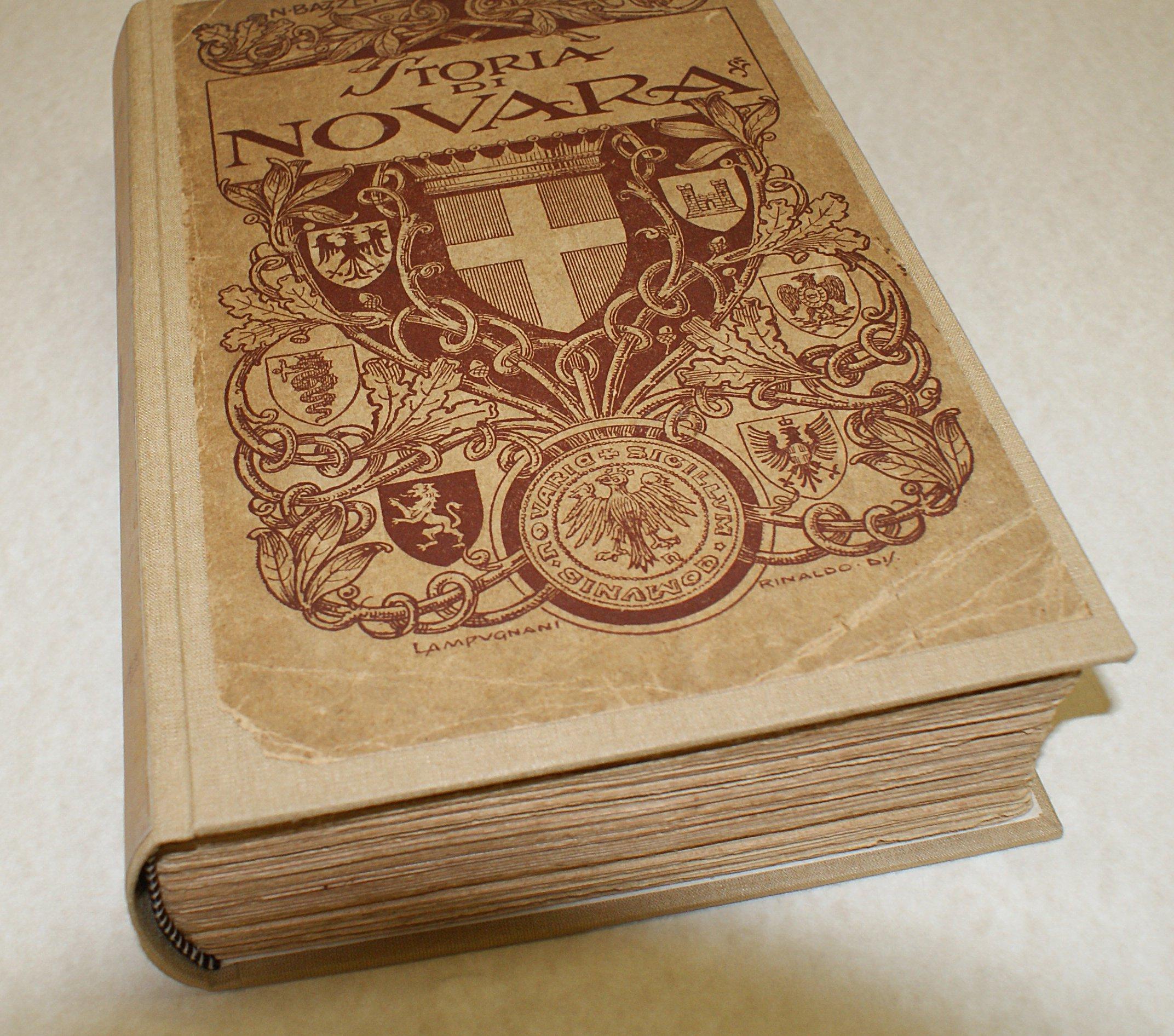 libro molto voluminoso beige e rosso restaurato