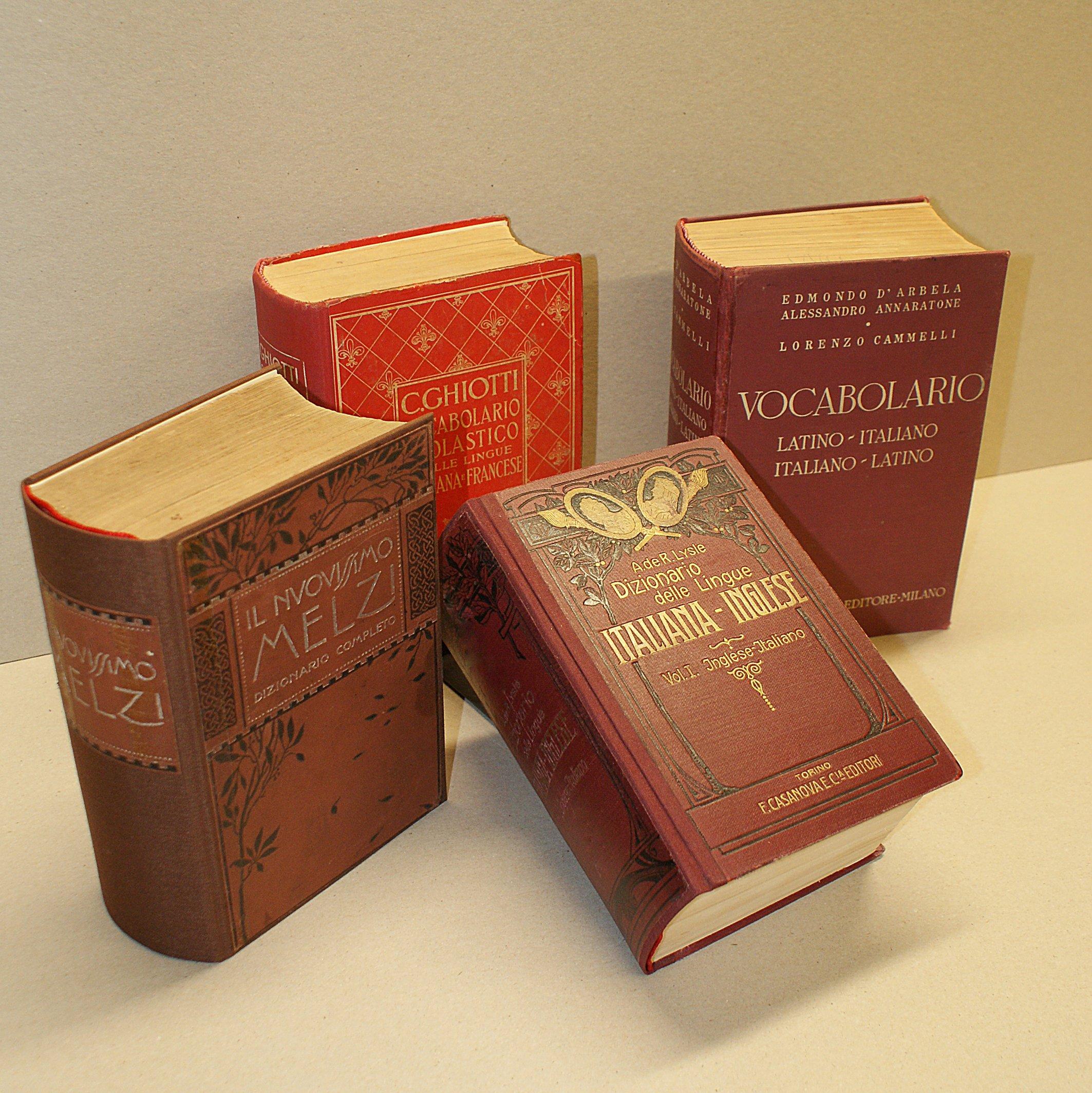 libri antichi dalla copertina rossa e scritte dorate restaurati