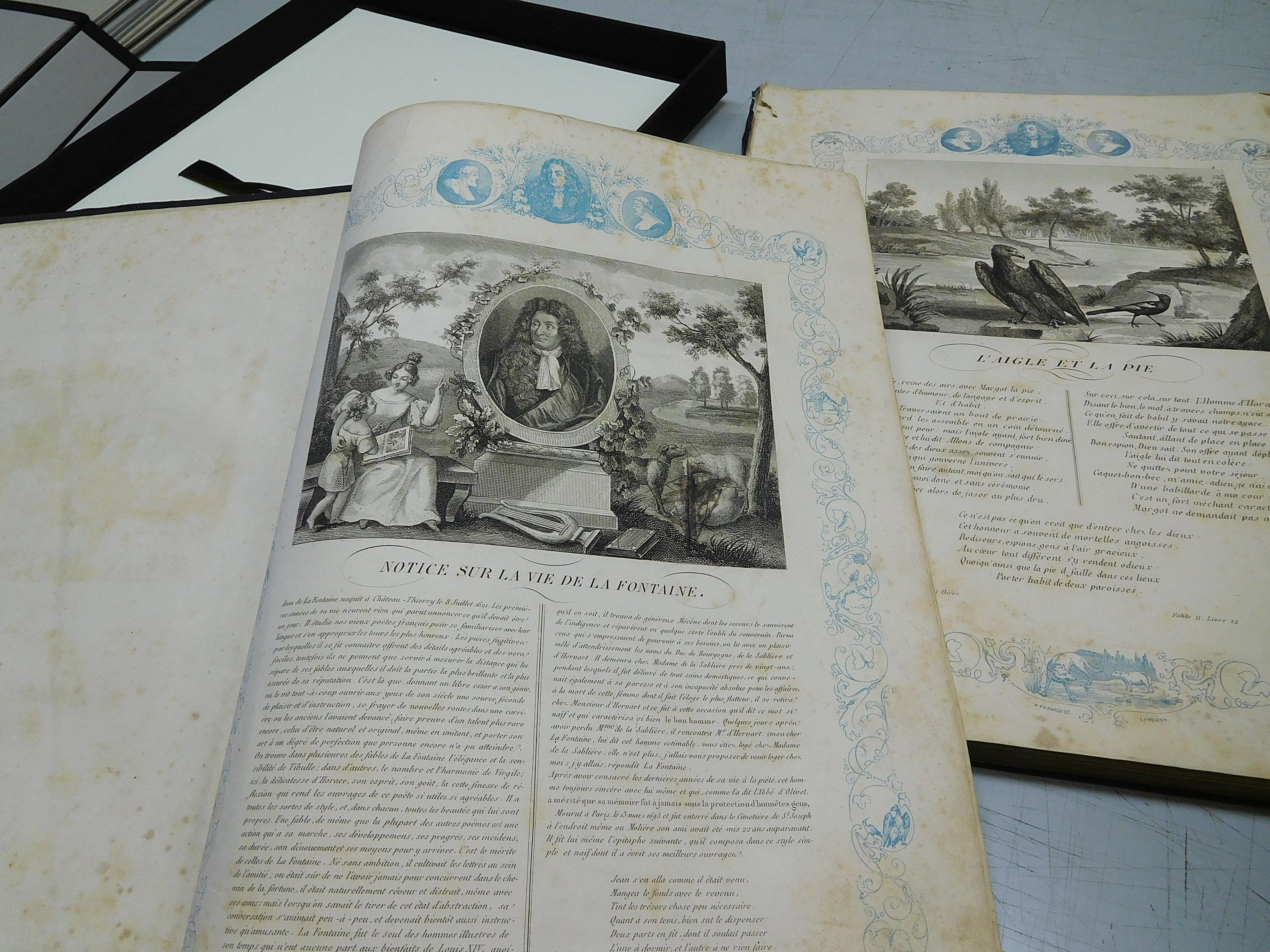 libro antico restaurato aperto, vista pagina con scritte nere molto eleganti