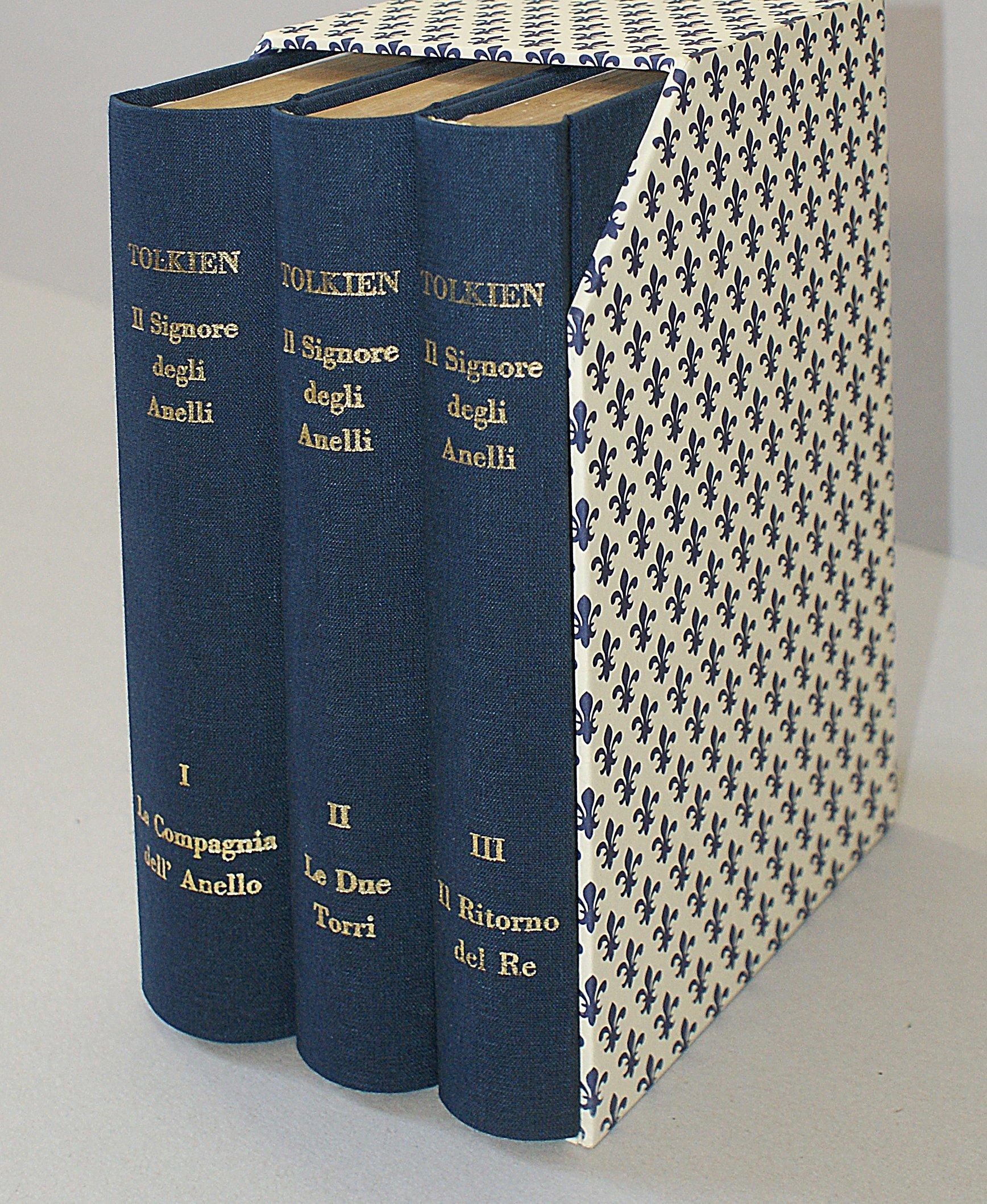 libri con copertina blu sistemati all'interno di un raccoglitore a fantasia bianco e blu