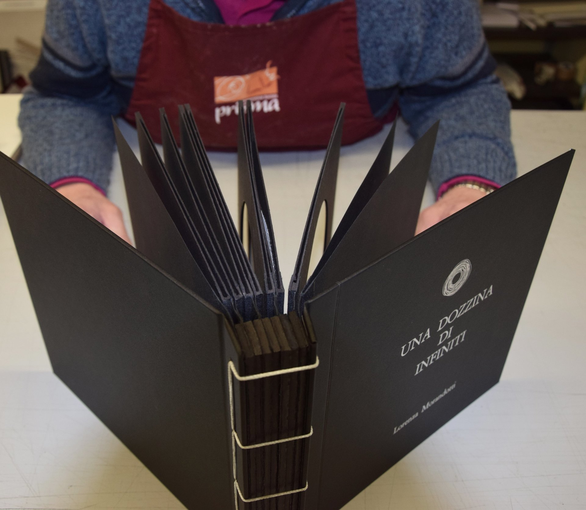 un libro nero con scritte oro appena rilegato: vista dall'alto