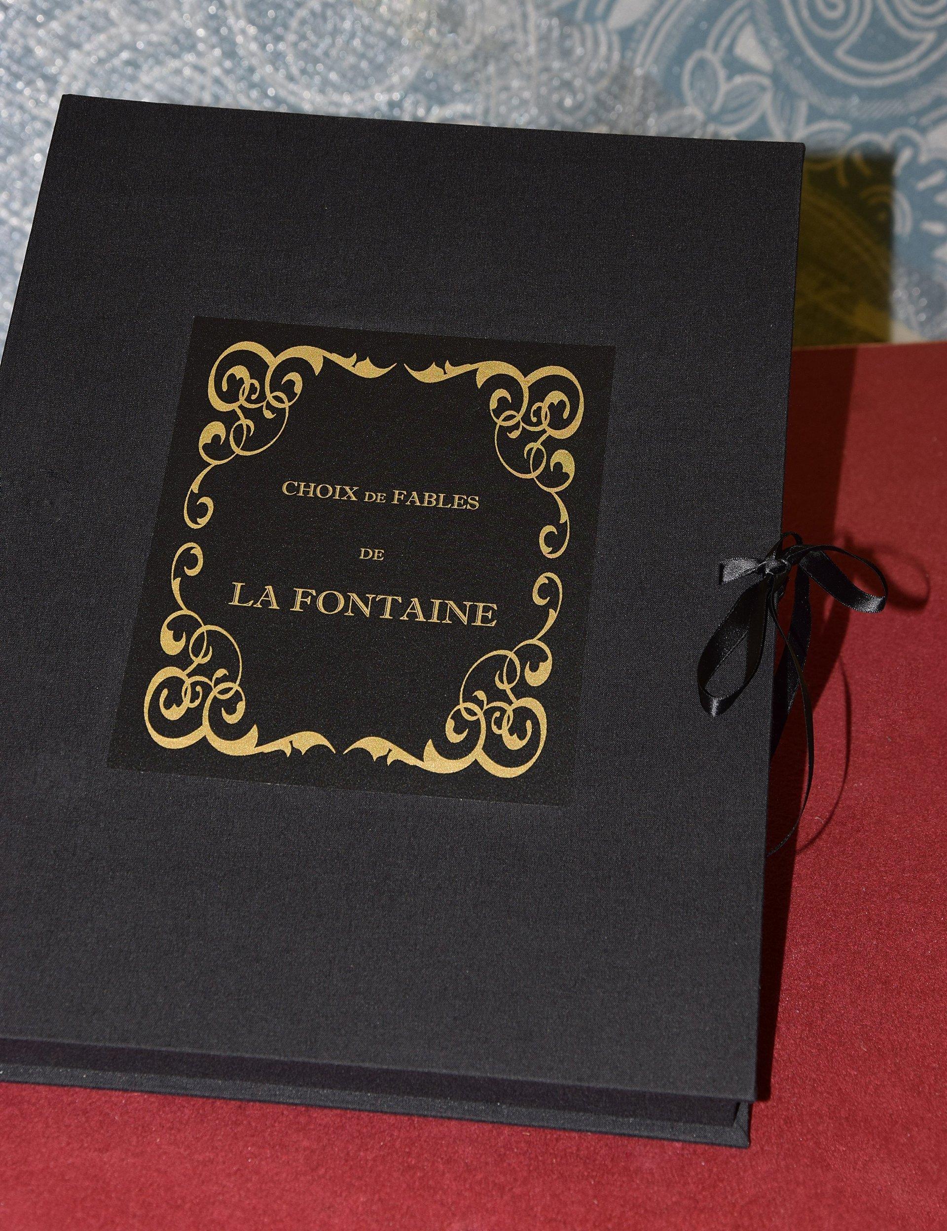 un libro nero con scritte in oro e con chiusura manuale con laccio in raso
