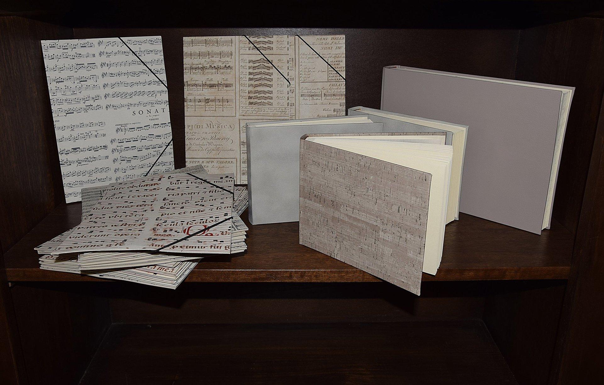 libri bianchi con scritte in oro appena rilegati