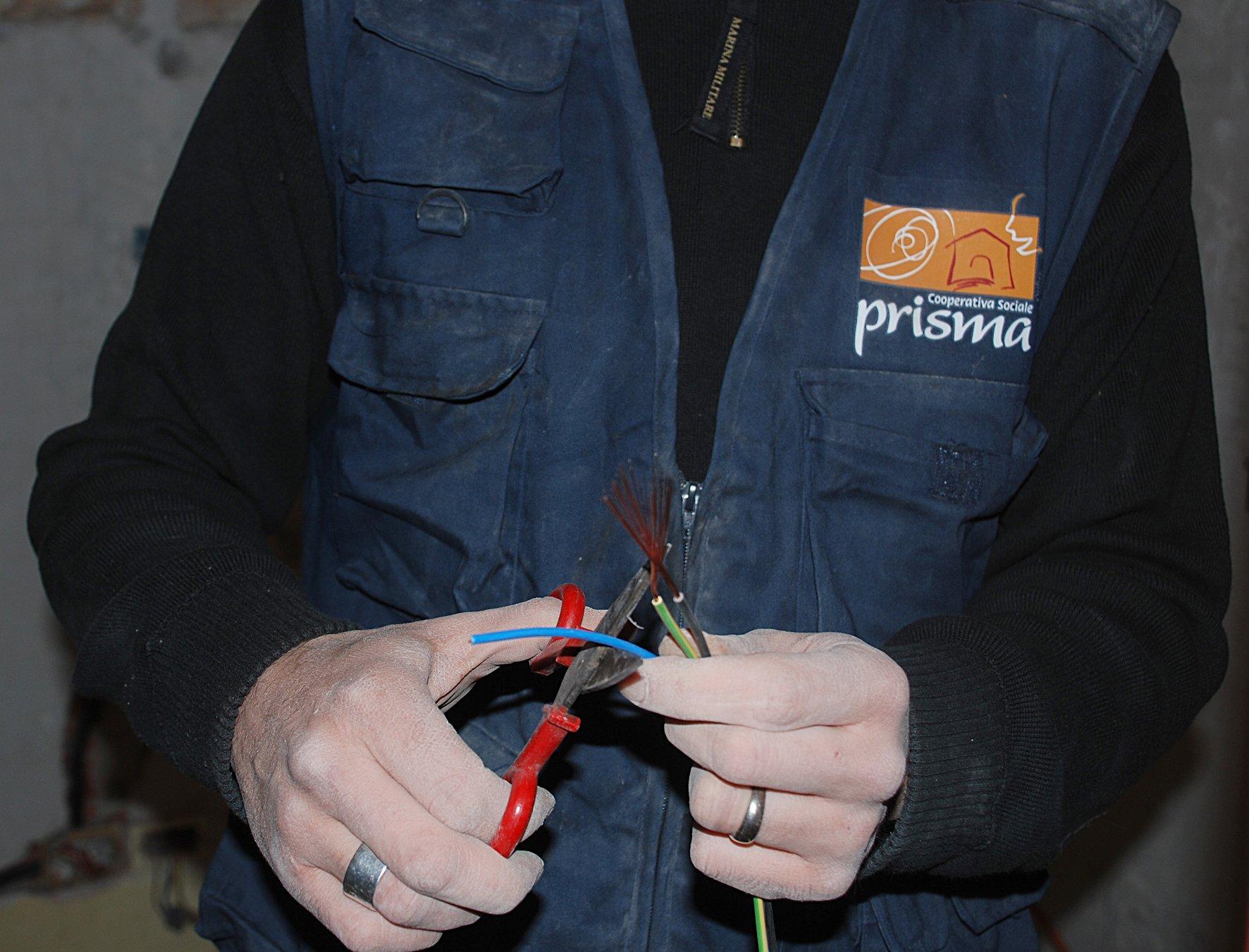 due mani che tagliano dei fili elettrici