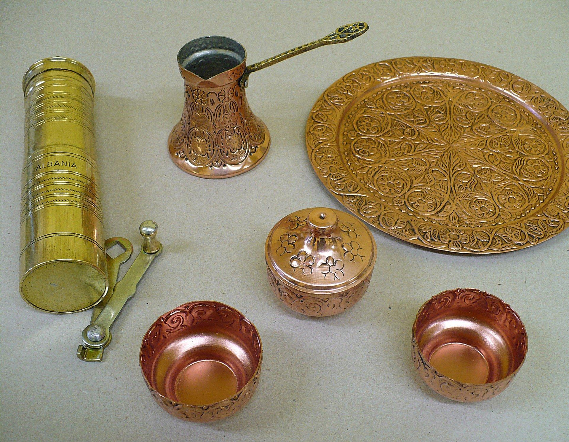 diversi oggetti in rame rosso e dorato