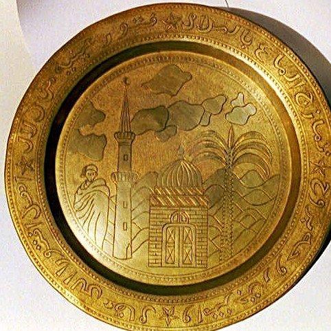 piatto decoratico in oro con degli intagli