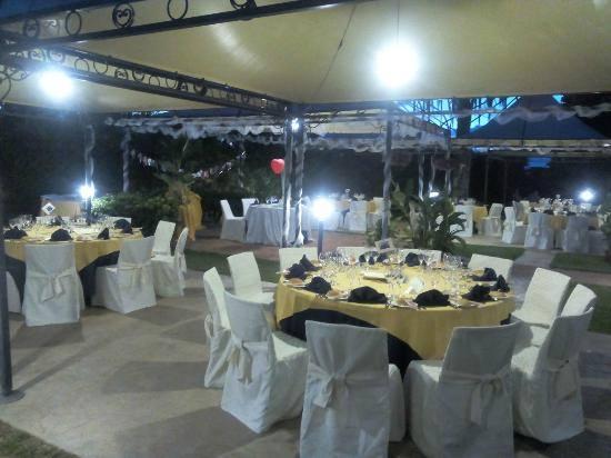 dei tavoli apparecchiati all'esterno di un ristorante per una cerimonia