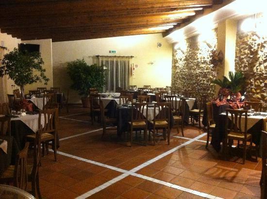 tavoli e sedie all'aperto sotto una copertura in legno