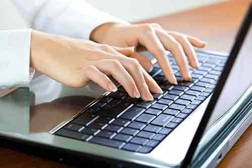 Übersetzer tippen auf der Tastatur, Faenza, RA
