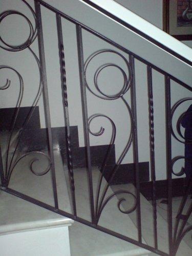 Cancello e ringhiere con disegno floreale,