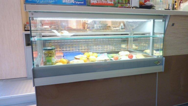 cibo esposto in una vetrina