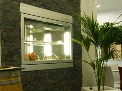 una finestra con accanto una pianta verde