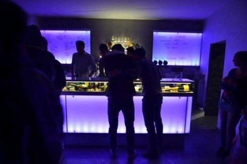 bancone del bar di notte con luci viola