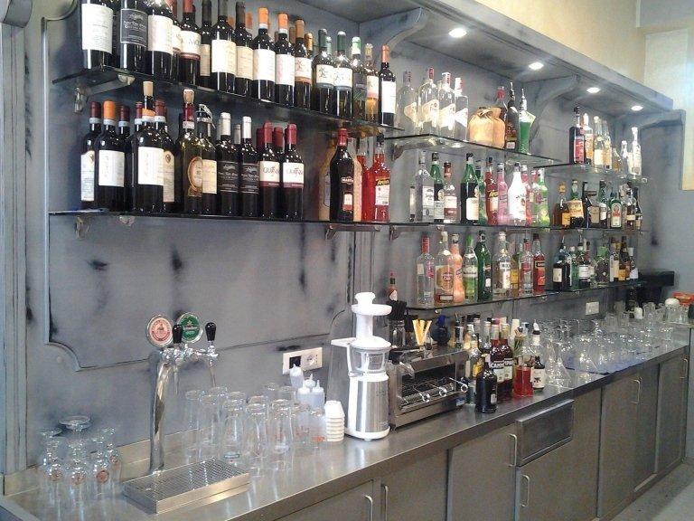 dietro il bancone del bar