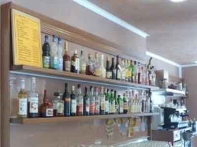 le bottiglie di alcolici in esposizione dietro al bar