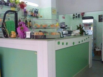 un bancone di un bar verniciato di verde