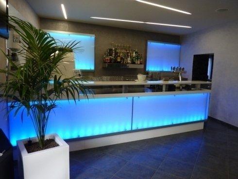 bancone con luce blu