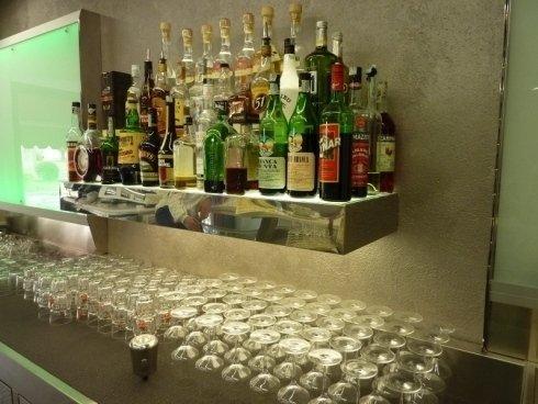 vista degli alcolici in una mensola del bar