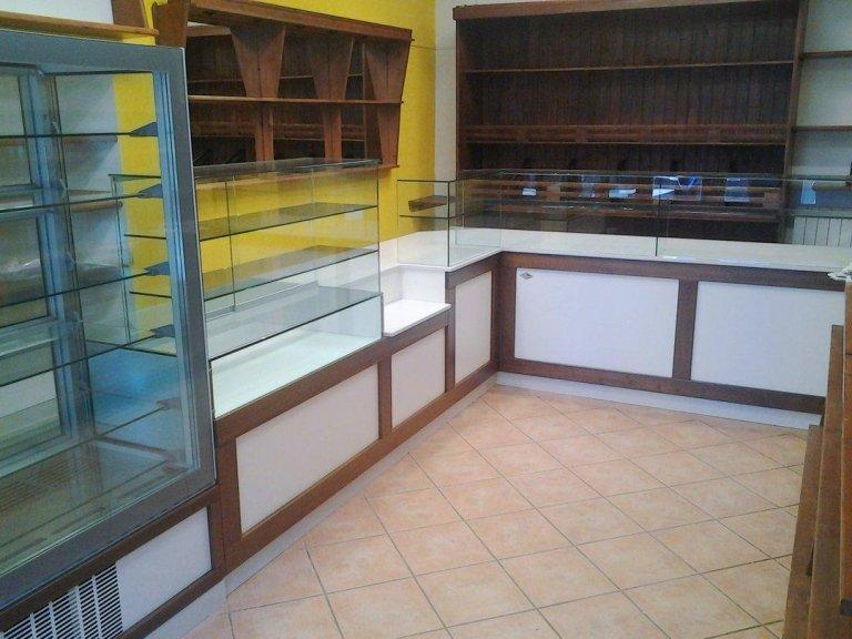 vista del bancone del gelateria vuoto