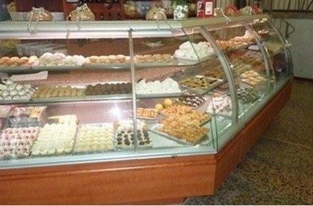 pasticcini e dolci esposti