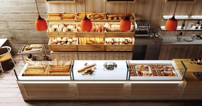 del pane in esposizione dietro al bancone