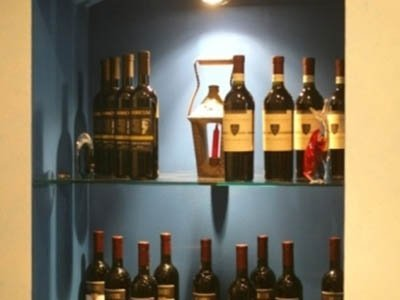 bottiglie di vino rosso in esposizione