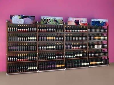 una parete di una enoteca con bottiglie di vino ijn esposizione
