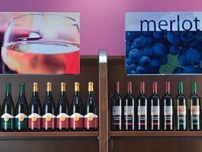 dettaglio di bottiglie di vino