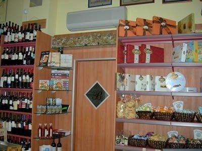 bottiglie e prodotti tipici in esposizione