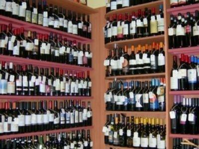 degli scaffali con delle bottiglie di vino esposte