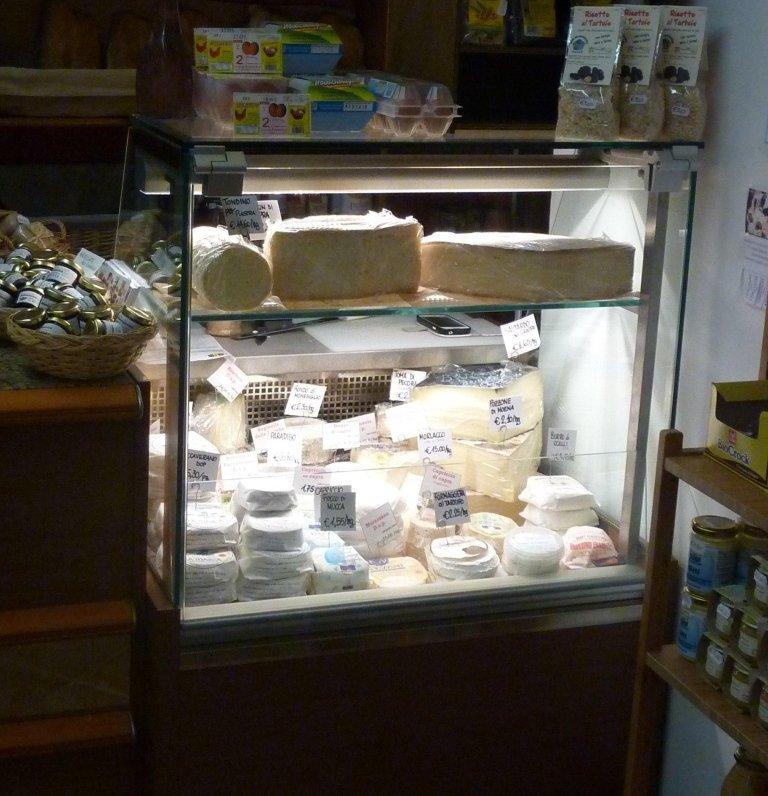 dei formaggi in esposizione dentro un frigo