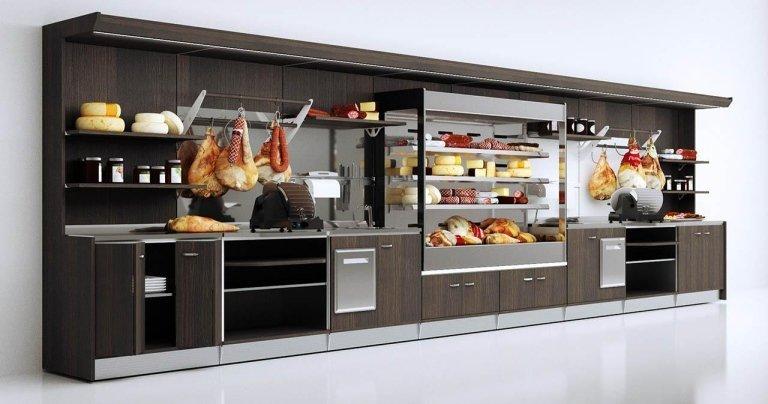 vista intera del bancone della gastronomia con prosciutti e formaggi esposti