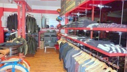 articoli di vestiario in esposizione in un negozio
