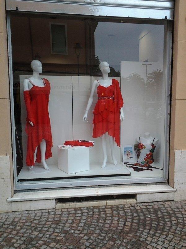 un vestito rosso su un manichino