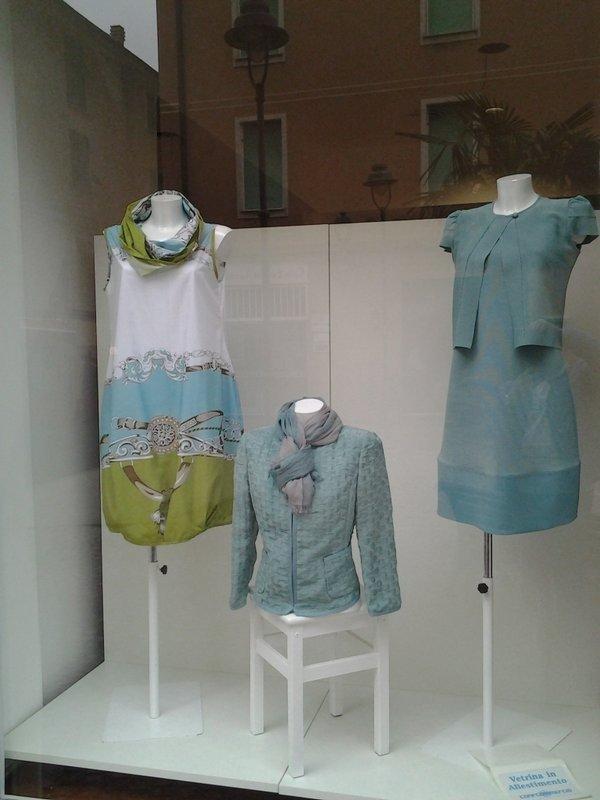 tre capi di vestiario esposti in vetrina