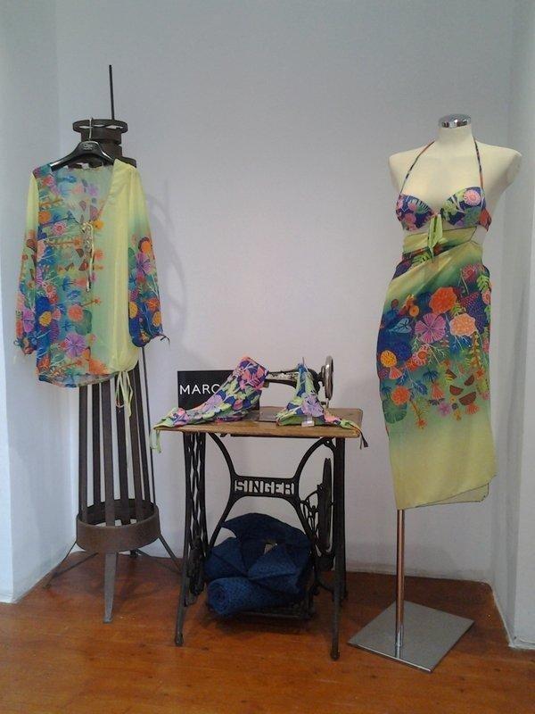 un abito con delle decorazioni colorate