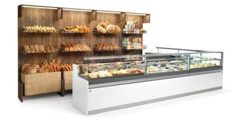 banco di una pasticceria con del pane in esposto