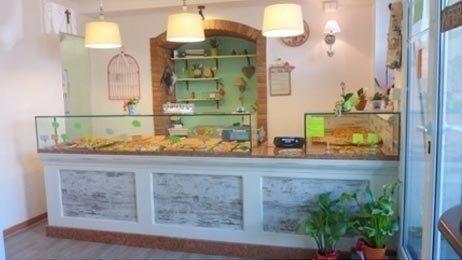 banco di una pasticceria con prodotti dolciari esposti
