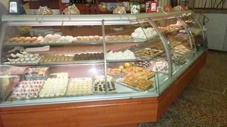 dei pasticcini in una vetrina refrigerante